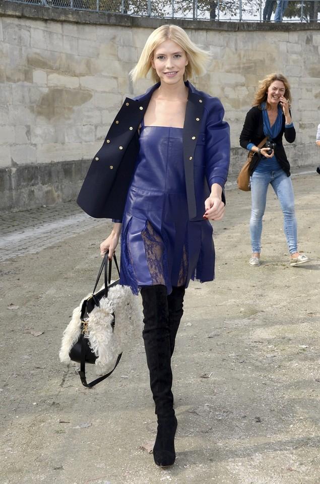 Vestido azul oscuro con medias negras